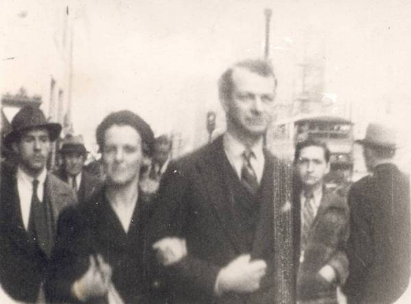 Ava Helen and Linus Pauling walking down a street.Picture. 1930s