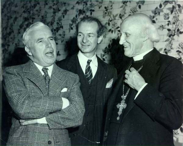 Charles Chaplin (left), Linus Pauling and Hewlett Johnson (right).