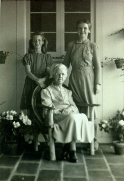 Linda and Ava Helen Pauling standing behind Nora Gard Miller. Picture. 1941