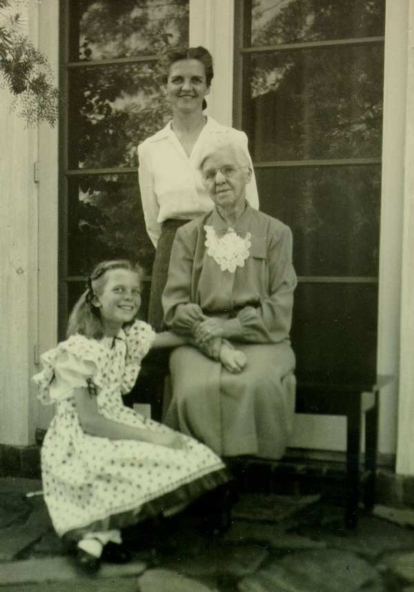 Ava Helen Pauling, Nora Gard Miller and Linda Pauling. Picture. 1942
