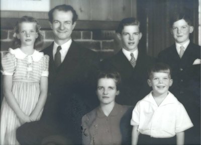 The Pauling family. Picture. 1943
