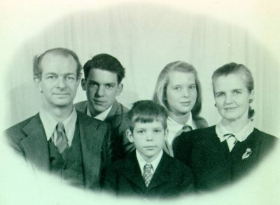Linus, Peter, Crellin, Linda and Ava Helen Pauling. Picture. 1947