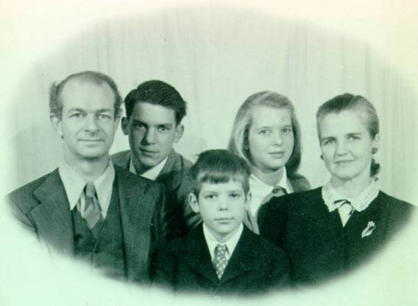 Linus, Peter, Crellin, Linda and Ava Helen Pauling. Picture.