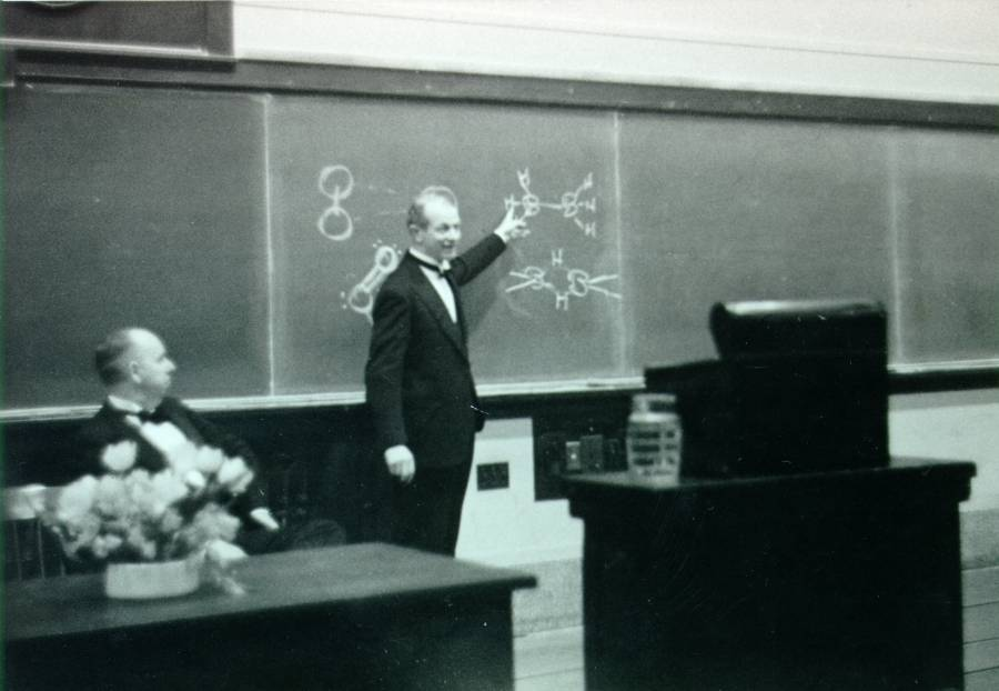Linus Pauling delivering his Richards Medal address.