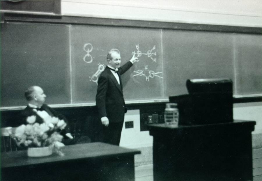 Linus Pauling delivering his Richards Medal address.