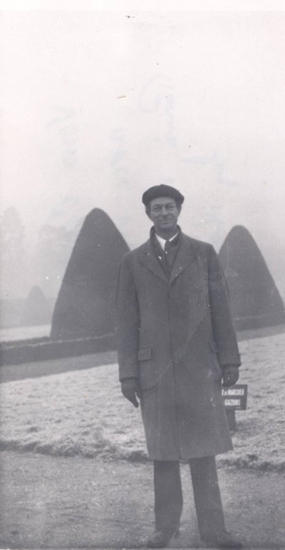Linus Pauling in Paris, France [?]. Picture. 1948