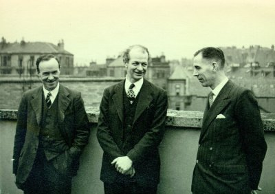 Linus Pauling with two members of the University of Glasgow Chemistry Department [Cook and J.M. Robertson?]. Picture. 1948