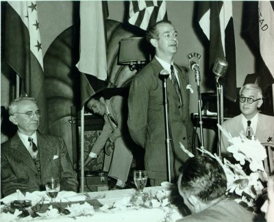 Linus Pauling speaking in Tampa, Florida. Picture. 1950s