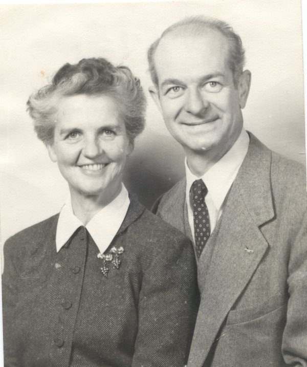 Formal portrait of Ava Helen and Linus Pauling.