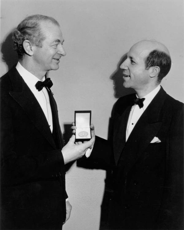Linus Pauling receiving the Gilbert Newton Lewis Medal from Melvin Calvin. University of California, Berkeley.