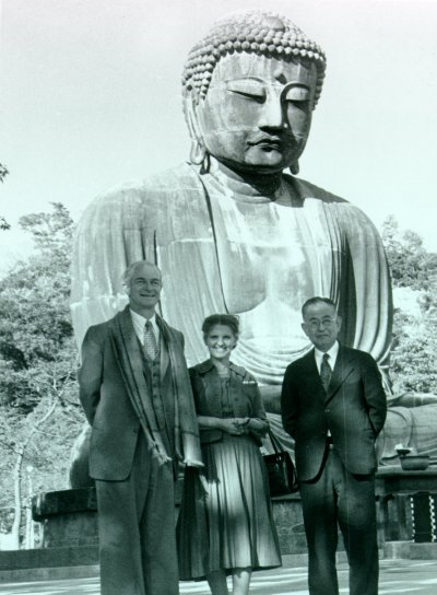 Linus Pauling, Ava Helen Pauling and Professor San-ichiro Mizushima standing in front of a large statue of the Buddha. Picture. 1955