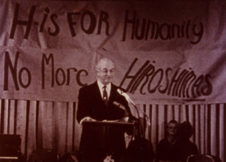 Linus Pauling speaking at an anti-war rally.