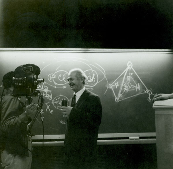 Linus Pauling speaking to a television cameraman, Ohio State University Medical School. Picture.