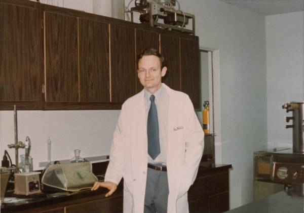 Arthur Robinson in a laboratory at the Linus Pauling Institute of Science and Medicine.
