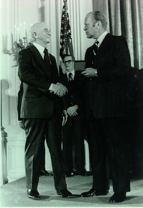 Linus Pauling receiving the National Medal of Science from President Gerald R. Ford.