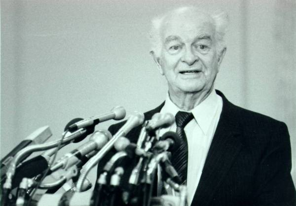 Linus Pauling speaking at a Greenpeace press conference commemorating the twentieth anniversary of the Limited Test Ban Treaty.