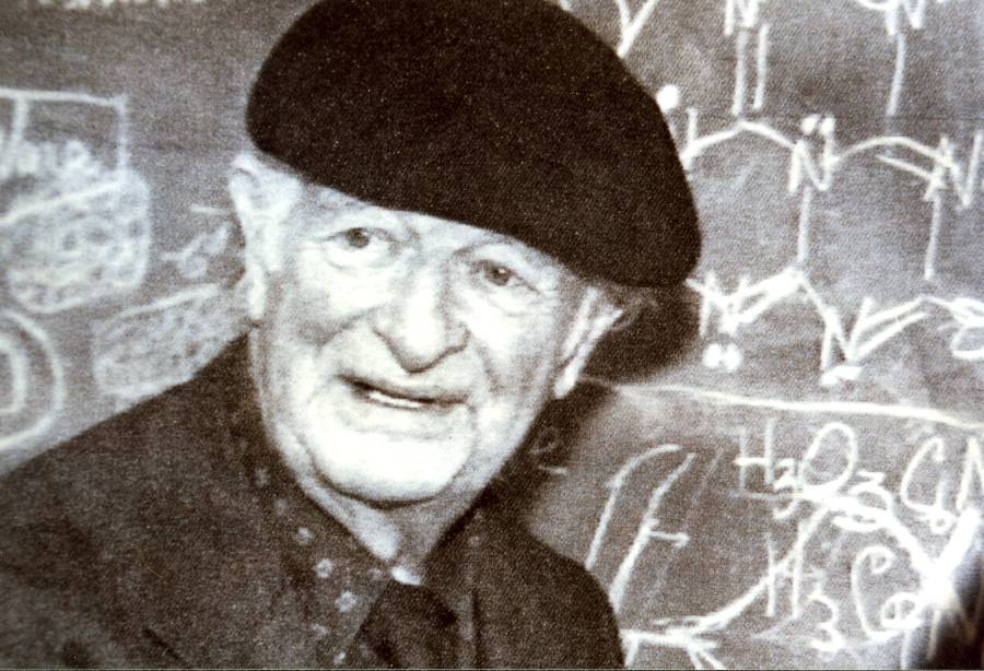 Linus Pauling in front of his chalkboard.