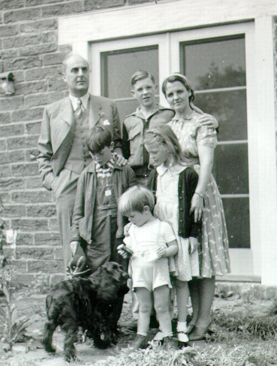 Laslo Zechmeister with the Pauling family, 1940.