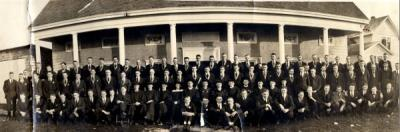Delta Upsilon fraternity members group photograph, ca. 1917. Linus Pauling stands near the center of the image.