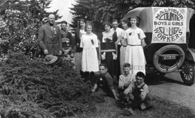 Malheur County Boys and Girls Club judging team and club leaders at the Oregon Agricultural College 4-H summer school, 1922.
