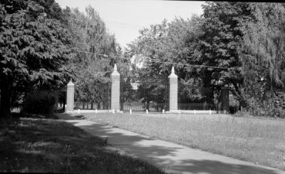 Lower campus Memorial Gates, ca. 1940s.