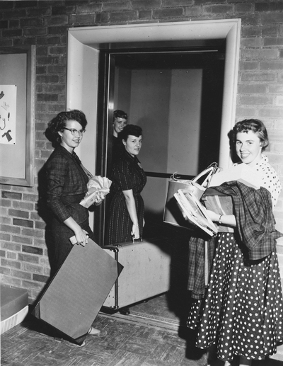 Women moving into the new Cauthorn Hall dormitory